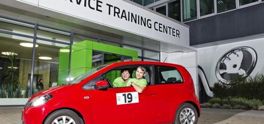 Vítězná posádka Škoda Economy Run 2016 a její červená Škoda Citigo, zdroj: Škoda Auto