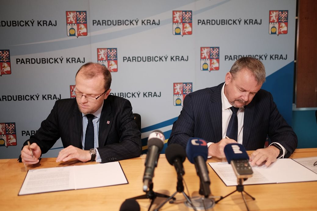 Ministr dopravy a pardubický hejtman podepsali aktualizované memorandum, ze kterého vyplývá, že kromě výstavby D35 se bude stát podílet také na investicích do krajských silnic, které na D35 navazují. foto: Ministerstvo dopravy ČR