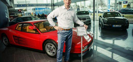 Provozní ředitel mezinárodní sítě autocenter AAA AUTO Petr Vaněček a Ferrari Testarossa, zdroj: AAA Auto