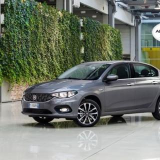 Držitel ocenění Autobest z roku 2016 - Fiat Tipo vám v provedení sedan bude říkat pane již za 269 900,-. Za hatchback se 30 000,- připlácí. Nemáte-li však nic proti sedanu, lze oněch 30 tisíc investovat také do vyšší výbavy Plus. Vůz poháněný zážehovou atmosférickou čtrnáctistovkou pak disponuje většími koly, kůží potaženým volantem, kryty zrcátek v barvě karoserie, chromovanými klikami dveří nebo elektricky ovládanými zpětným zrcátky i všemi bočními okny. foto: Fiat