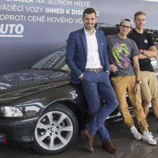 Cestovatelé u svého BMW, foto: AAA Auto
