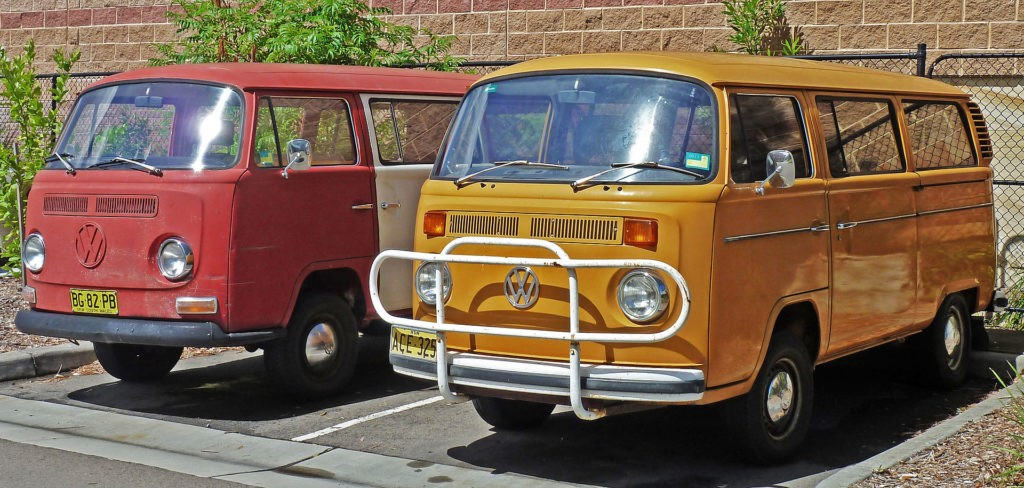 Volkswagen Kombi (T2), foto: OSX, volné dílo, https://commons.wikimedia.org/wiki/Category:Volkswagen_T2#/media/File:1968-1973_and_1973-1980_Volkswagen_Kombi_(T2)_vans_(2011-01-07).jpg