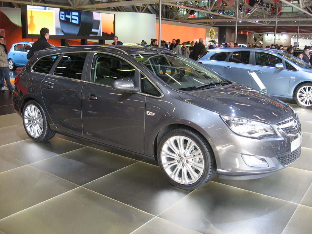Opel Astra Sports Tourer (generace J), foto: Luc106, volné dílo, https://commons.wikimedia.org/w/index.php?curid=12250022