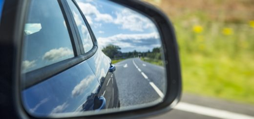 Zpětné zrcátko, volné dílo, zdroj: https://www.publicdomainpictures.net/en/view-image.php?image=222642&picture=car-mirror-reflection