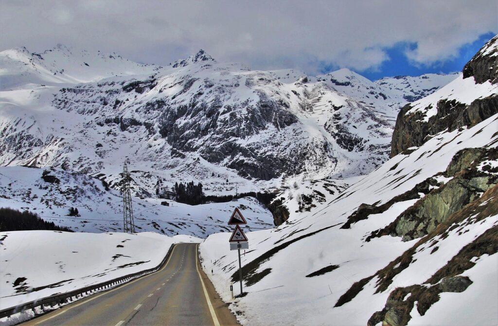 Bez dopravních značek se neobejdeme ani na silnicích uprostřed divočiny.