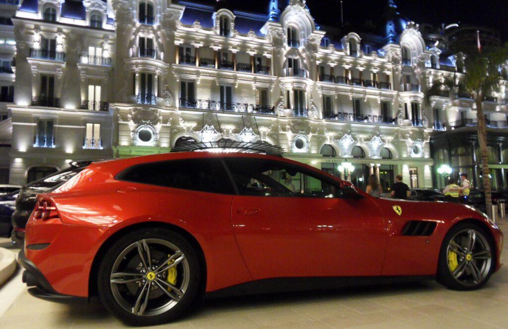 Krásná auta v barvě Ferrari Red