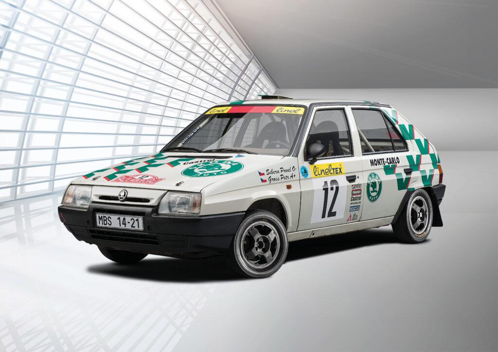 Soutěžní vůz ŠKODA FAVORIT 136 L/A poháněl motor o objemu 1 299 cm³ s rozvodem OHV uložený vpředu napříč, který dosahoval výkonu 105 koní a točivého momentu 117 Nm. Maximální rychlost činila 170 km/h.